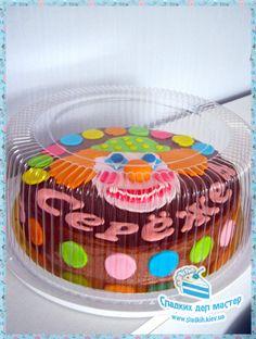 «Медовик» (украшен клоуном из мастики)  Этот торт знаком многим, но не многим доводилось пробовать правильный медовик.  Кондитерская «Сладких Дел Мастер» предлагает вам отведать наш «Медовик» по фирменному рецепту, который позволяет сделать его еще более нежным и ароматным.  Воздушные медовые коржи с легким сметанным кремом подарят Вам истинное наслаждение.