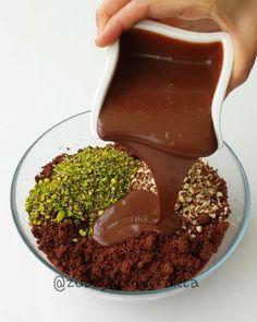 Pratik lezzetleri sevenler için adı gibi doyuran pasta tarifim var bugün😊 Evinizde bayat kekiniz varsa değerlendirnrk için harika bir tarif. Yoksa benim gibi hazır da kullanabilirsiniz. Kahvenizin yanına çok yakışacak👌 ➖➖➖➖➖➖➖➖➖ DOYURAN PASTA 2 pkt baton kek (isteyen evde yapıp kullanabilir) 1 ku... Cereal, Instagram, Corn Flakes, Breakfast Cereal
