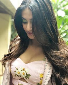 Dream Girls Photos: 9 Stunning Cleavage Pictures of Sonam Kapoor Bollywood Actress Hot Photos, Bollywood Fashion, Bollywood Saree, Indian Bollywood, Hot Actresses, Beautiful Actresses, Indian Actresses, Veere Di Wedding, High Slit Dress