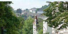 Hof (Bayern): Hof ist eine kreisfreie Stadt im Nordosten des bayerischen Regierungsbezirkes Oberfranken. Zur Unterscheidung von anderen Orten mit gleichem Namen sind Zusätze zum offiziellen Namen Hof[2] wie Hof an der Saale oder Hof in Bayern üblich. Die Stadt ist das Oberzentrum des Hofer Landes, seit 1993 Mitglied der Europaregion Euregio Egrensis und seit 2005 der Metropolregion Nürnberg.