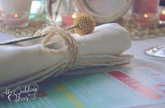 Decoración de bodas: servillero con craspedia y cordel de esparto · The Wedding Makers #weddingdecoration #decoracionbodas #tendenciasdebodas