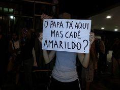 """O Papa está aqui, mas cadê Amarildo?  - """"Amarildo de Souza, 47 Anos, Pai de 6 Filhos, Pedreiro e Morador da Favela da Rocinha: Desaparecido Político da De...mocracia Brasileira. *A última vez que Amarildo foi visto estava sendo conduzido por PMs no domingo (14/07/2013) à noite para a Unidade de Polícia Pacificadora, a UPP da Rocinha... #OndeEstáAmarildo"""" #foraCabral #vemprarua #semviolencia face/Anonymous Rio"""