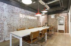 Simpel maar warm, werken in deze inspirerende ruimte kan in HNK Rotterdam. Bekijk en boek de werkplek via deskbookers.com! #vergaderruimte #deskbookers #HNK