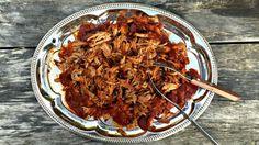 Pomalu a dlouho pečené maso je přímo symbolem rodinného krbu, tepla, přátel, pohody… Ať už je to přes noc pečená kachna, nebo jehněčí kýta, voní to po celém domě dostatečně dlouhou dobu, že se všem sbíhají sliny, slézají se ke společnému stolu a hladově čekají, kdy už se budou moci zakousnout.