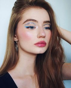 Blue eyeliner and silver glitter makeup look with pink blush and glossy lips. This is a fun makeup look for parties, festivals and special events New Year's Makeup, Cute Makeup, Makeup Art, Beauty Makeup, Glitter Makeup Looks, Glitter Make Up, Sparkle Makeup, Silver Glitter, Blue Eyeliner