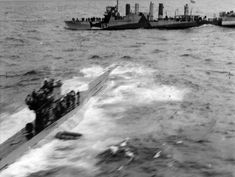 Капитулировавшая немецкая подводная лодка U-570 (тип VII-C) в море на фоне британского эсминца «Кингстон Агата» (HMS Kingston Agate).