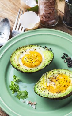 avocats cocotte Avocats cocotteYou can find Keto diet breakfast recipes and more on our website Plats Healthy, Healthy Fats, Healthy Cooking, Healthy Snacks, Healthy Eating, Avocado Egg Bake, Avocado Toast, Keto Diet Breakfast, Breakfast Recipes