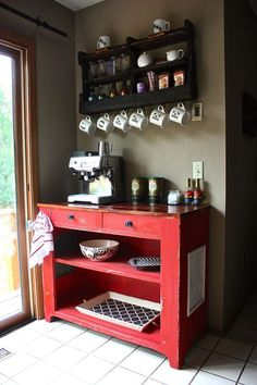 """Mensolina sembra fatta con pallet, belle le tazze .... ma io farei in tutte la scritta intera, spostata in modo che appese compongano comunque """"coffee"""""""