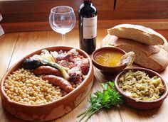 Cocido Lebaniego: Cantabrian stew of chickpeas, potato, cabbage, pork and sausages. Best Spanish Food, Spanish Cuisine, Spanish Dishes, Tapas Recipes, Mexican Food Recipes, Ethnic Recipes, Around The World Food, Restaurants, Beach Meals