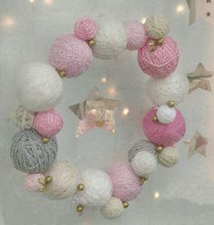 Dans l'entrée, la couronne de Noël avec des pelotes de laine