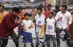 Pics: Salman's field day with Daisy, Honey Singh http://movies.ndtv.com/photos/salman-s-field-day-with-daisy-honey-singh-16992