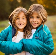 You surely must have seen photos of these twins somewhere. They were regarded at one time as the world's most beautiful twins and received many modelling Twin Girls, Twin Sisters, Twin Babies, Young Models, Child Models, Famous Instagram Models, World Of Fashion, Kids Fashion, Cute Twins