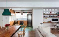 A parede com cobogó, da Elemento V, isola a lavanderia e tem pranchas de madeira que compõem o home office. Projeto de 100 m² do arquiteto Felipe Hess