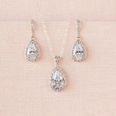 Chic et élégant! Cet ensemble collier et boucle d'oreille de cristal est fait avec des cristaux d'entourant une pierre en cristal tear drop. La longueur totale de boucle d'oreille est environ 1 1/3 Pendentif goutte est 1 1/8 de long Collier a une chaînette d'extension 1» en plus de