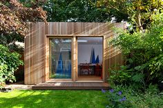 London garden studios specialises in bespoke garden architecture. Whether you just want a garden studio or would like your whole garden landscaped around a studio, we can design a solution to meet your needs at a competitive price. Summer House Garden, Contemporary Garden, Garden Buildings, Garden Office Shed, Backyard Office, Garden Shed Interiors, Garden Workshops, Garden Architecture, Studio Interior
