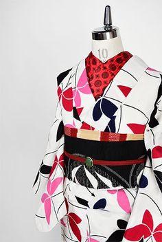 白地に赤と黒と桃色の蝶々がひらりひらりと舞い遊ぶように染め出された注染レトロ浴衣です。
