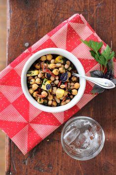 Ensalada de cinco minutos de garbanzos, tomates disecados y albahaca | 23 Ensaladas sin lechuga que sí querrás comer