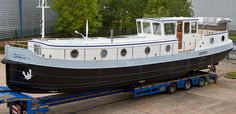 The is one of our most attractive boats and the stern deck is a fantastic area to. Sailboat Decor, Sailboat Living, Canal Barge, Canal Boat, Cool Boats, Small Boats, Barge Interior, Narrowboat Interiors, Chris Craft Boats