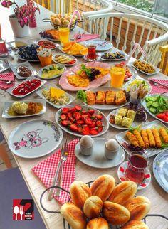 Ev Kahvaltısı - Love Garden / İstanbul ( Küçükçekmece )▫  Çalışma Saatleri 08:30-00:00 ☎ 0 212 599 02 50  Ortalama 25-35 TL / Kişi Başı Alkolsüz mekan  Paket Servis Yok  Sodexo, Multinet, Ticket Yok  Snapchat : yemekneredeynr  Ev kahvaltısı alakart menü olarak sunulmakta olup seçeceğiniz ürünlere göre kahvaltınızın fiyatı oluşmaktadır. Fotoğraftaki görsel 4 kişiliktir.