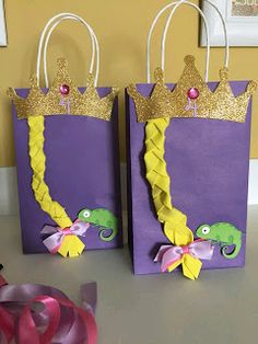 DIY Goody Bags for Rapunzel theme party - Trend Parks Disney 2020 Rapunzel Birthday Cake, Tangled Birthday Party, 4th Birthday Parties, Frozen Birthday, 5th Birthday, Disney Princess Party, Princess Birthday, Goodie Bags, Favor Bags