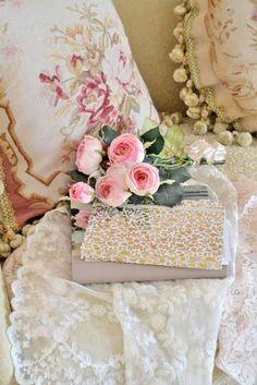 Linens: Lace and roses, Ana Rosa. Romantic Shabby Chic, Romantic Cottage, Romantic Roses, Shabby Chic Cottage, Vintage Shabby Chic, Shabby Chic Style, Shabby Chic Decor, Chabby Chic, Vintage Romance