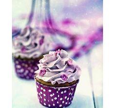 Framboos cupcakes met frambozen Zwitserse meringue botercrème Raspberry cupcakes with raspberry cream Baking Cupcakes, Yummy Cupcakes, Cupcake Cookies, Cupcake Recipes, Macaroons, Cake Pops, Cupcakes Flores, Raspberry Cupcakes, Purple Cupcakes