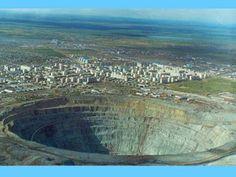 """Uma mina de diamantes gigante na Rússia mais conhecida como """"O Umbigo do Mundo"""" na cidade de Mirny."""