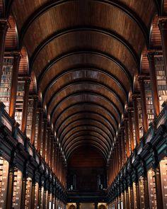 """paulodelvalle: """"Acho que já falei aqui como eu amo visitar lindas bibliotecas e tirar fotos delas. Esse mês tive a chance de visitar a antiga biblioteca de Trinity College em Dublin. Eu não tenho dúvidas que essa é a biblioteca mais linda que já visitei! Fiquei apenas 2 dias em Dublin a trabalho e a biblioteca foi o único lugar da cidade que consegui ver. Espero voltar em breve para conhecer melhor.  I think I've already said here that I love visiting beautiful libraries and taking photos of…"""
