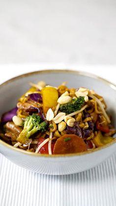Yakisoba - - Schauen Sie sich das Yakisoba-Rezept von Tastemade an Salmon Recipes, Asian Recipes, Chicken Recipes, Healthy Recipes, Easy Japanese Recipes, Good Food, Yummy Food, A Food, Vegetarian Recipes