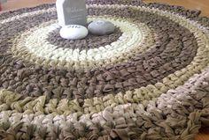 שטיח עגול סרוג בחוטי טריקו ניתן להזמין בכל גודל ובכל שילוב צבעים שטיח עגול סרוג בחוטי טריקו www.facebook.com/tricotrend crochet rug rag handmade  knitted with tricot yarn