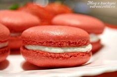 Jahodové macarons s ricottou Macaroons, Ricotta, Hamburger, Tasty, Sweets, Bread, Cooking, Recipes, Food