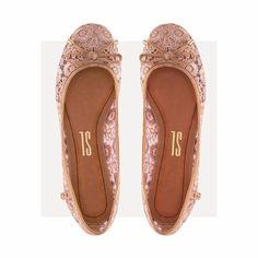 Novidade maravilhosa da coleção: sapatilha em renda, super charmosa e delicada! • R$119,90   Ref: 4007.0451.013E.0043 • #santalollaverao17 #flats #lace