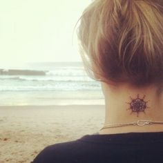 Tatuaje de flor en el cuello