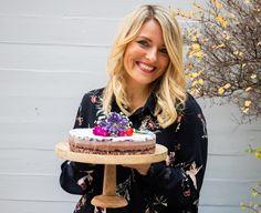 """""""Für mich ist meine Arbeit pure Erfüllung. Ich wünschte der Tag hätte mehr als 24 Stunden. Ich bin dankbar, dass ich es nicht Arbeit nennen darf. Alles, was ich aktuell machen oder """"arbeiten"""" darf, liegt mir am Herzen, bereitet mir unheimlich viel Freude und fordert mich heraus. Interview, Birthday Cake, Creative, People, Desserts, Food, Scary, Grateful, Glee"""