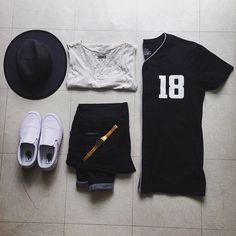 Black/White/Gold ⚪️⚫️ #ootd #cyamoda #baseballjersey #bershka #tanktop #zaraworldwide #widebrimhat #vans #shoes #goldenwatch #Gridtastics #Outfitgrid #Outfitkillers