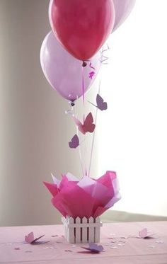 Centro de mesa, con mariposas de papel y unos globos inflados con helio. Súper fácil y efectivo!