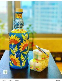 Glass Painting Patterns, Painting Glass Jars, Painted Glass Bottles, Glass Painting Designs, Pottery Painting Designs, Glass Bottle Crafts, Wine Bottle Art, Bottle Painting, Chakra Raiz