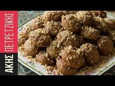 Aki's Greek Christmas Honey Cookies- Melomakarona - by Greek chef Akis Petretzikis. Wonderful aromatic, spiced cookies with honey that are like little cakes! Greek Sweets, Greek Desserts, Köstliche Desserts, Sweets Recipes, Greek Recipes, Cookie Recipes, Greek Christmas, Christmas Baking, Christmas Cookies