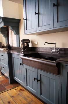 Top Of Cabinets Decor Kitchen is utterly important for your home. Whether you choose the Kitchen Wall Decor Ideas or Kitchen Soffit Decorating Ideas, you will create the best Kitchen Soffit Decorating Ideas for your own life. Blue Gray Kitchen Cabinets, Kitchen Soffit, Kitchen Cabinets Decor, Kitchen Mats, Cocina Shabby Chic, Shabby Chic Kitchen, Country Kitchen, Top Of Cabinet Decor, American Kitchen Design