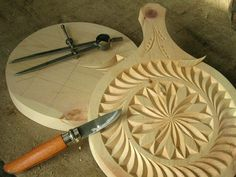 Artisanat du Queyras Wood Carving Patterns, Carving Designs, Wooden Projects, Wood Crafts, Dremel Carving, Carved Wood Signs, Chip Carving, Woodworking Inspiration, Stencil Painting