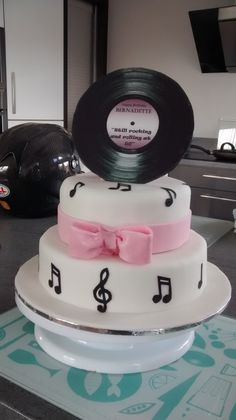 Rocking & Rolling birthday cake, record made with creating record on computer and printing with fully edible printer monted on modeling fondant to make it strong. 70th Birthday Parties, 50th Birthday Party, Birthday Cake, Cake Printer, Edible Printer, Music Cakes, 70s Party, Soul Train, Train Party
