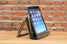Hölzerne iPad 4, iPad 3, iPad 2 / Tablet-Station. Handgefertigt aus wunderschönen Lindenholz. Handgemachte ist, jedes Element ein Unikat.  Größe ca.: Länge: 23 cm (8,97 in.) Breite: 21 cm (8,19 In.) Höhe: 17 cm (6,63 In.)  Perfekt für zu Hause oder arbeiten, in der Küche halten und verwenden für das leicht anzeigen Rezepte, Fernsehen oder Musik hören.  Wenn Sie irgendwelche persönlichen Vorlieben haben, senden Sie uns eine Nachricht und wir werden unser Bestes tun, um etwas für Sie ausar...