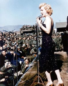 Marilyn the Riveter: New photos shows a young Monroe - still Norma Jean - working at a military factory during the height of World War II Marylin Monroe, Marilyn Monroe Fotos, Howard Hughes, Classic Hollywood, Old Hollywood, Hollywood Icons, Divas, Angeles, Norma Jeane