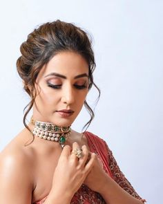 Hina khan B Bollywood Hairstyles, Saree Hairstyles, Indian Wedding Hairstyles, Bridal Mehndi Dresses, Bridal Outfits, Heena Khan, Types Of Earrings, Indian Tv Actress, Bridal Photoshoot