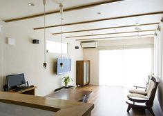 天井の飾り垂木や珪藻土の壁など、自然素材をふんだんに使ったリビングールーム。 |インテリア|ダイニング|ナチュラル|新築|創業以来、神奈川県(秦野・西湘・湘南・藤沢・平塚・茅ヶ崎・鎌倉・逗子地区)を中心に40年、注文住宅で2,000棟の信頼と実績を誇ります|