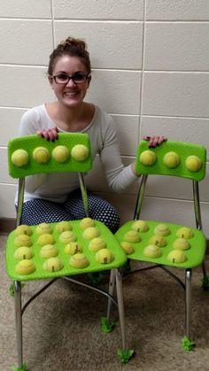 Sie zerschneidet Tennisbälle und beklebt die Stühle. Ihre Schüler lernen eine Lektion für's Leben…   LikeMag - Social News and Entertainment