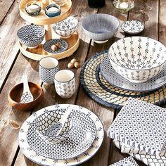 Verschiedene Muster auf weißen Keramiktellern und -schalen wirken immer toll!