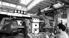 Mann am Führerstand einer Druckpresse in den 50er Jahren. | Bildquelle: dpa