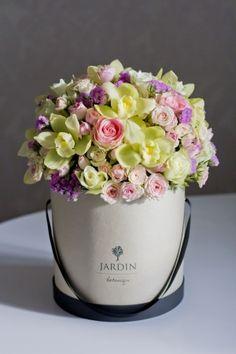 Нежная композиция из орхидей и розочек в шляпной коробке #lejardinbotanique #студияjardin #букетвкробке #шляпныекоробки #flowersbox #bouquetbox
