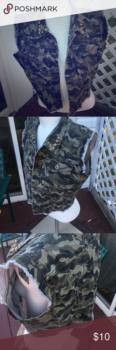 NWT Green Camo Vest 🌏 ❤️Size: large Camo Vest ❤️NWT purchased from Rue 21 for $20.  ⚪️LOW PRICE Rue 21 Jackets & Coats Vests